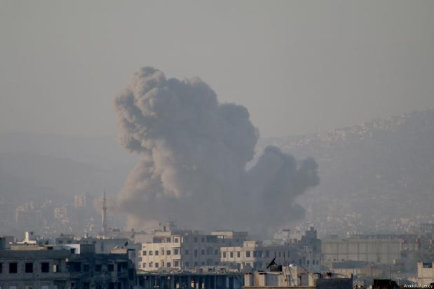 El humo se eleva después de que un avión de combate del régimen de al-Assad atacara la ciudad de Arbin, en la región de Ghouta oriental, en Damasco, Siria, 2 de diciembre de 2017 [Agencia Samir Tatin / Anadolu]