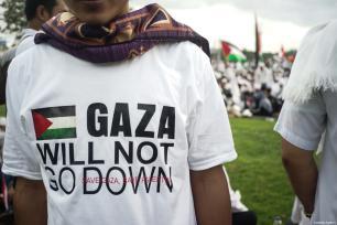 """Un manifestante viste una camiseta de Palestina """"Gaza no se hundirá"""" en la manifestación para apoyar a Palestina en el Monumento Nacional en Yakarta, Indonesia, 17 de diciembre de 2017 [Agencia Nani Afrida / Anadolu]"""