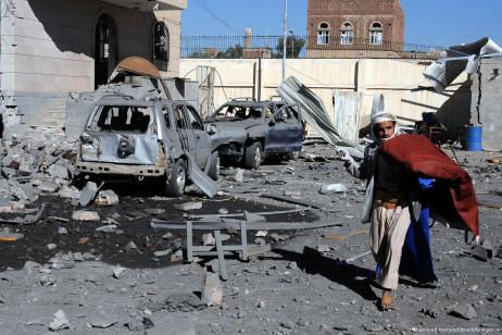 Especialistas inspeccionan la escena después del ataque aéreo de la coalición liderado por Arabia Saudí contra Saná, Yemen, 13 de diciembre de 2017 [Mohammed Hamoud / Agencia Anadolu]