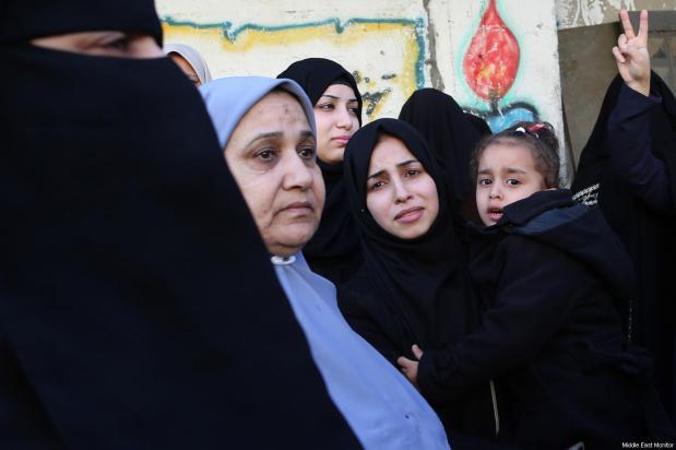 Familia de Ibrahim Abu-Thurayya, de 29 años, asesinado por un francotirador israelí durante una protesta en Gaza contra el anuncio de Trump sobre Jerusalén, viernes 15 de diciembre de 2017 [Mohammad Asad / Middle East Monitor]