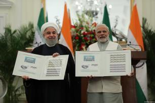 El presidente indio Ram Nath Kovind y el primer ministro Narendra Modi dan la bienvenida al presidente iraní Hassan Rouhani durante una ceremonia de bienvenida oficial en Nueva Delhi, India, 17 de febrero de 2018 [Presidencia iraní / Handout / Agencia Anadolu]
