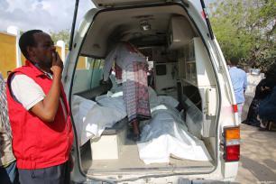 Una ambulancia con los cuerpos de las víctimas tras los ataques perpetrados cerca del edificio de la Agencia Nacional de Inteligencia y Seguridad de Somalia (NISA) en Mogadiscio, Somalia, 24 de febrero de 2018 [Agencia Sadak Mohamed / Anadolu]