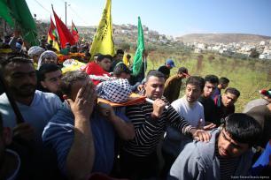 Palestinos llevan el cuerpo de Laith Abu Naim, un chico palestino de 16 años asesinado por soldados israelíes, 30 de enero de 2018 [Agencia Issam Rimawi / Anadolu]