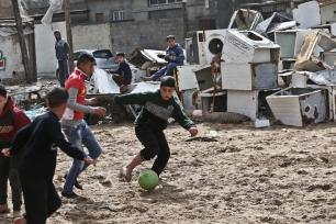 Niños de Gaza tras un día de lluvia, 17 de febrero de 2018 [Mohammed Asad / Middle East Monitor]