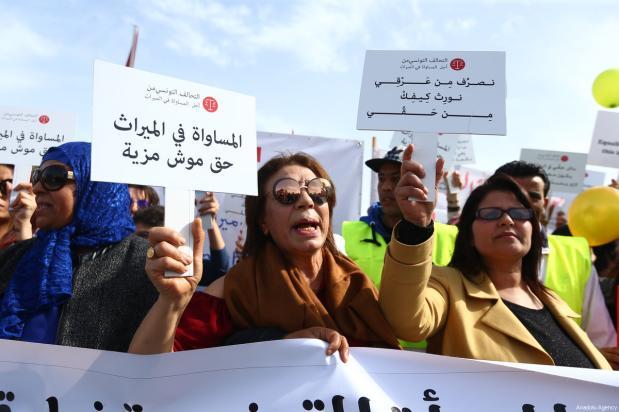 Cientos de manifestantes sostienen pancartas y gritan consignas durante una marcha desde Bab Sadun a la plaza Bardo, reclamando que las mujeres tengan los mismos derechos de herencia que los hombres en Túnez, Túnez, 10 de marzo de 2018 [Agencia Yassine Gaidi / Anadolu]