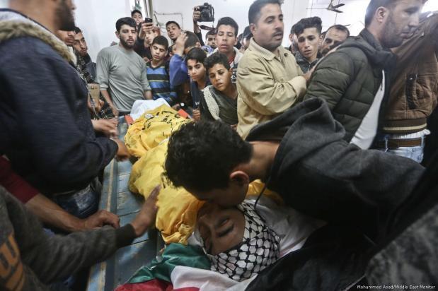 Israel devuelve elcuerpo del joven pescador palestino asesinado [Mohammed Asad / Middle East Monitor]