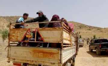Un convoy de vehículos, que transporta aproximadamente a un grupo de 100 refugiados sirios, de camino a su país de origen en Arsal, distrito de Baalbek, Beqaa, Líbano, el 12 de julio de 2017. (Suleiman Amhaz - Agencia Anadolu)