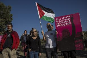"""SDEROT, ISRAEL - 31 DE MARZO: Miembros de la """"Coalición de Mujeres por la Paz"""", compuesta por activistas israelíes y palestinos sostienen pancartas durante una protesta en apoyo a la """"Gran Marcha del Retorno"""" cerca de la frontera de Gaza, en Sderot, Israel, 31 de marzo de 2018 (Stringer - Agencia Anadolu)"""
