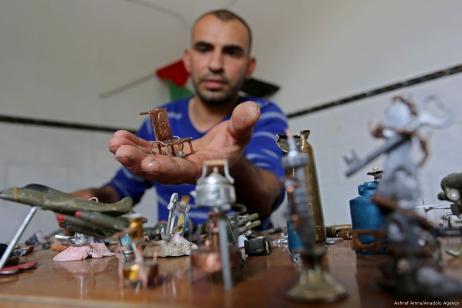 El palestino de 38 años, Majdi Abu Taqiyya, convierte los proyectiles de bala y las bombonas de gas, disparadas por las fuerzas israelíes contra los palestinos, en obras de arte, en Gaza...