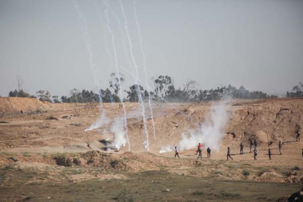 """Las fuerzas de seguridad israelíes usan gas lacrimógeno y munición real contra los palestinos concentrados con motivo de la """"Marcha del Retorno"""", en la que exigen su derecho al retorno y la eliminación del bloqueo israelí, Gaza, 1 de abril, 2018 (Hassan Jedi - Agencia Anadolu)"""