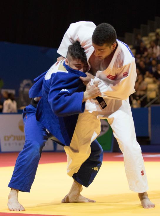 Bilal Ciloglu (blanco) de Turquía compite contra Fabio Basile (azul), italiano, durante el partido de Judo de 73 kg masculino en el segundo día del Campeonato de Europa de Judo 2018, en Tel Aviv, 27 de abril de 2018 [Agencia Nir Keidar / Anadolu]