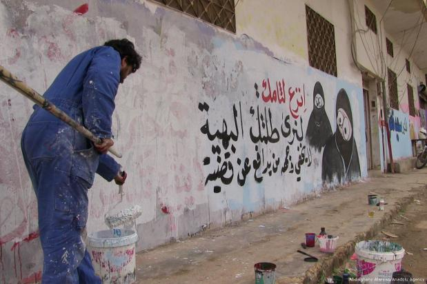 El grafitero sirio Aziz al Asmar, de 35 años, pinta edificios que fueron dañados o prácticamente destruidos tras los ataques aéreos llevados a cabo en Idlib