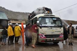 El cuarto convoy que transportaba a civiles partió del área controlada por el Ejército Libre Sirio, (ELS) Yarmuk, al sur de Damasco, bajo el acuerdo de evacuación del campamento de este campamento, como parte de la evacuación obligatoria acordada el 29 de abril en Damasco, Siria, 7 de mayo de 2018. [Muhammed Abdullah / Agencia Anadolu]