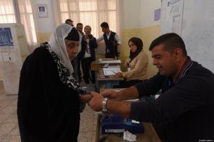 Una iraquí deposita su voto en una mesa de votación para las elecciones parlamentarias iraquíes en Sulaymaniyah, Iraq, 12 de mayo de 2018 [Feriq Fereç / Agencia Anadolu]