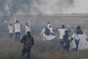 """La paramédica voluntaria palestina de 21 años Razan al-Najar (3ª por la izquierda) durante la protesta """"De Gaza a Haifa: Unidad de sangre y destino compartido"""" en la frontera de Gaza-Israel al este de Jan Yunis, Gaza, antes de ser asesinada por las fuerzas israelíes el 1 de junio de 2018 [Ashraf Amra / Agencia Anadolu]"""
