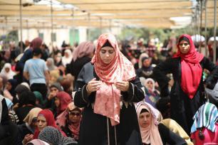 Musulmanes palestinos rezan en el ultimo viernes del mes de ayuno del Ramadán en la mezquita de Al Aqsa de Jerusalén. [Mostafa Alkharouf / Anadolu Agency]