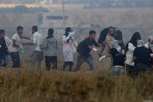 """La paramédica voluntaria palestina de 21 años Razan al-Najar (5ª por la izquierda) durante la protesta """"De Gaza a Haifa: Unidad de sangre y destino compartido"""" en la frontera de Gaza-Israel al este de Jan Yunis, Gaza, antes de ser asesinada por las fuerzas israelíes el 1 de junio de 2018 [Ashraf Amra / Agencia Anadolu]"""