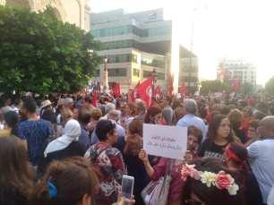 Miles de personas se manifiestan en la Avenida Habib Bourguiba de Túnez para exigir igualdad de derechos y libertades entre hombres y mujeres. (Monitor de Oriente)