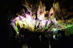 """Los turistas realizan un viaje en barco por la Cueva de Ali-Sadr durante la conferencia en la """"Capital del turismo de los países asiáticos en 2018 Hamedan"""" el 28 de agosto de 2018 en Hamadan, Irán [Fatemeh Bahrami / Agencia Anadolu]"""