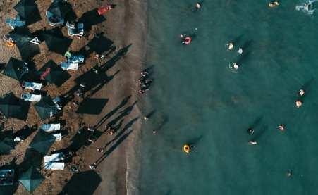 Una vista aérea de 900 metros de largo y 50 metros de ancho de la playa Ayas, con una certificación de Bandera Azul desde 2015, en Adana, Turquía, el 26 de agosto de 2018 [Eren Bozkurt / Agencia Anadolu]