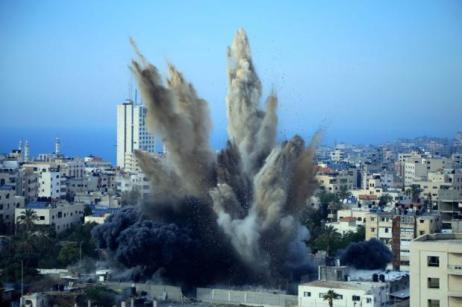 El 5 de mayo de 2019 se ve humo saliendo de un ataque aéreo israelí en un edificio en la ciudad de Gaza [Ibrahim Khalaf / ApaImages]