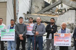 CIUDAD DE GAZA, GAZA - 5 DE MAYO: El representante de la Agencia Anadolu en Gaza, Yasser al-Benna (centro) habla durante una manifestación mientras los periodistas se reúnen frente a los restos de la oficina de la Agencia Anadolu, tras ser atacada por aviones de guerra israelíes en Gaza. Aviones de guerra israelíes atacaron el edificio con al menos 5 misiles después de disparos de advertencia, informó el corresponsal de la Agencia Anadolu en Jerusalén. (Mustafa Hassona - Agencia Anadolu)