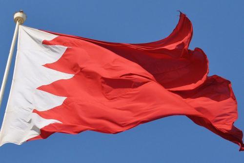Los manifestantes de Bagdad retiran la bandera de Bahréin por…