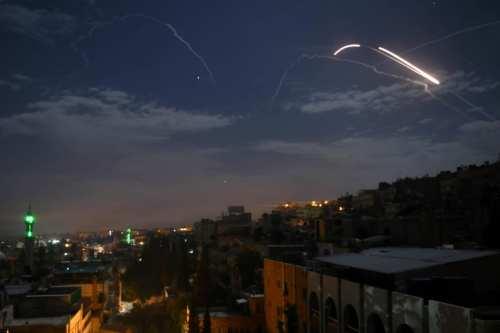 Ataques israelíes golpean posiciones iraníes y de Hezbolá cerca de…