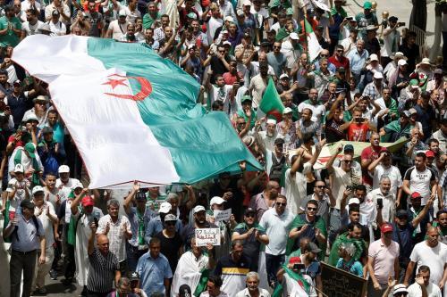 Miles de personas toman las calles de Argelia para exigir…