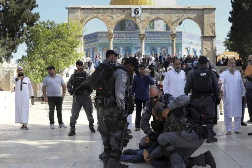 Las fuerzas israelíes atacan a fieles palestinos en Al-Aqsa