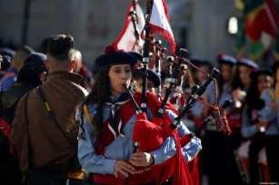 La banda palestina toca durante un desfile como parte de las ceremonias navideñas cerca de la Iglesia de la Natividad, que se cree que es el lugar de nacimiento de Jesús en Belén, Cisjordania, el 24 de diciembre de 2019 [İssam Rimawi - Agencia Anadolu]