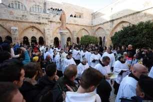 Los clérigos cristianos palestinos llegan a la Iglesia de Santa Catalina para dirigir el ritual con motivo de la Navidad en Belén, Cisjordania, el 24 de diciembre de 2019 [Issam Rimawi / Agencia Anadolu]