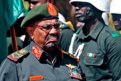 Bashir de Sudán se enfrenta a cargos por el asesinato…