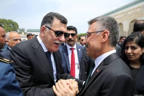 TÚNEZ, TÚNEZ - 27 DE JULIO: el vicepresidente de Turquía, Fuat Oktay (CR), conversa con el jefe del Gobierno de Acuerdo Nacional (GNA) de Libia, Fayez al-Sarraj (CL) durante el funeral del difunto presidente tunecino Beji Caid Essebsi en Túnez, Túnez el 27 de julio de 2019. Essebsi murió el jueves a la edad de 92 años en un hospital militar en Túnez después de ser hospitalizado por problemas de salud un día antes (Arda Küçükkaya - Agencia Anadolu)