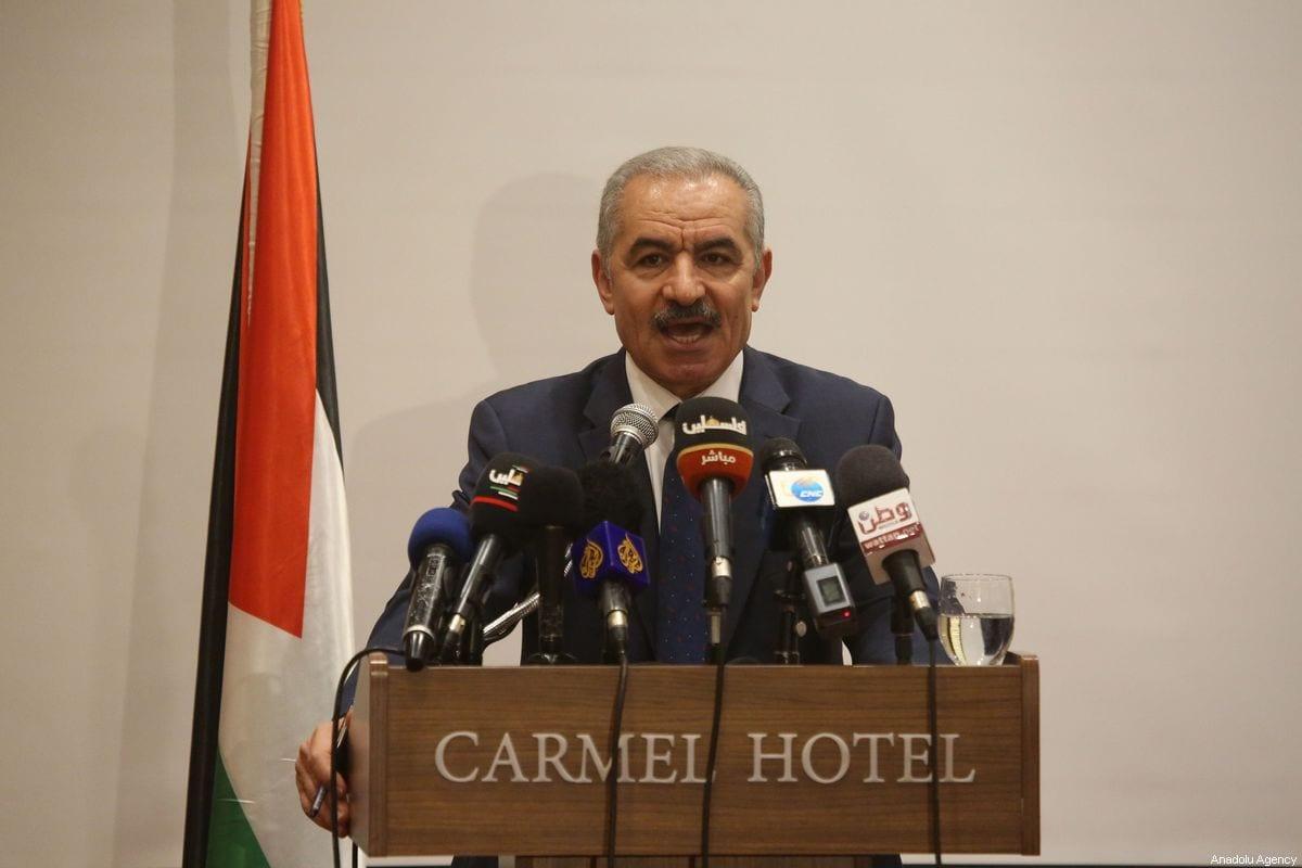 El primer ministro palestino, Mohammed Shtayyeh, habla con la prensa en Ramallah, Cisjordania, el 30 de julio de 2019 [Issam Rimawi / Agencia Anadolu]
