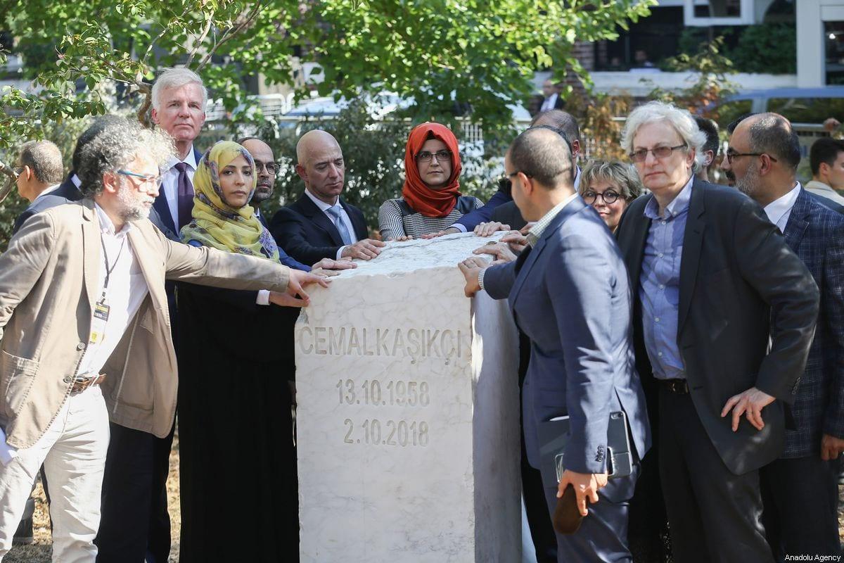 La prometida del periodista saudí asesinado Jamal Khashoggi, Hatice Cengiz (5 ° L), el CEO de Amazon Jeff Bezos (4 ° L), el ganador del Premio Nobel de la Paz Tawakkol Karman (2 ° L) y el editor y director ejecutivo de The Washington Post Fred Ryan (trasero L), Turan Kislakci (R), Jefe de la Asociación de Medios de Comunicación Árabe-Turca (TAM) y el Asesor del Presidente del Partido AK, Yasin Aktay (2 ° R), asisten a la ceremonia de inauguración del monumento de Jamal Khashoggi con su nombre, fecha de nacimiento y muerte frente al Consulado de Arabia Saudita en el primer aniversario de su asesinato, en Estambul, Turquía, el 2 de octubre de 2019. [Arif Hüdaverdi Yaman - Agencia Anadolu]