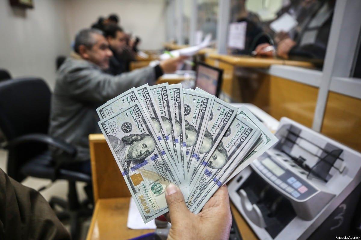 CIUDAD DE GAZA, GAZA - 24 DE DICIEMBRE: La gente espera en la fila para recibir ayuda financiera, provista por Qatar, en una oficina de correos en la ciudad de Gaza, Gaza el 24 de diciembre de 2019. (Alı H.m. Jadallah - Agencia Anadolu)