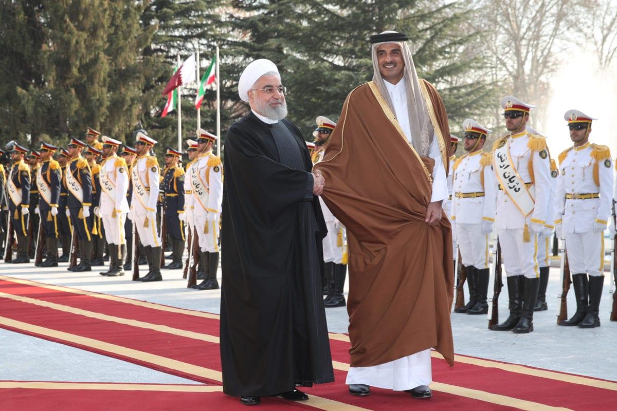 Emir Sheikh Tamim bin Hamad al-Thani de Qatar es recibido por el presidente iraní Hassan Rouhani con una ceremonia oficial de bienvenida en el Complejo del Palacio de Sa'dabad en Teherán, Irán, el 12 de enero de 2020. (PRESIDENCIA IRÁNICA / FOLLETO - Agencia Anadolu)