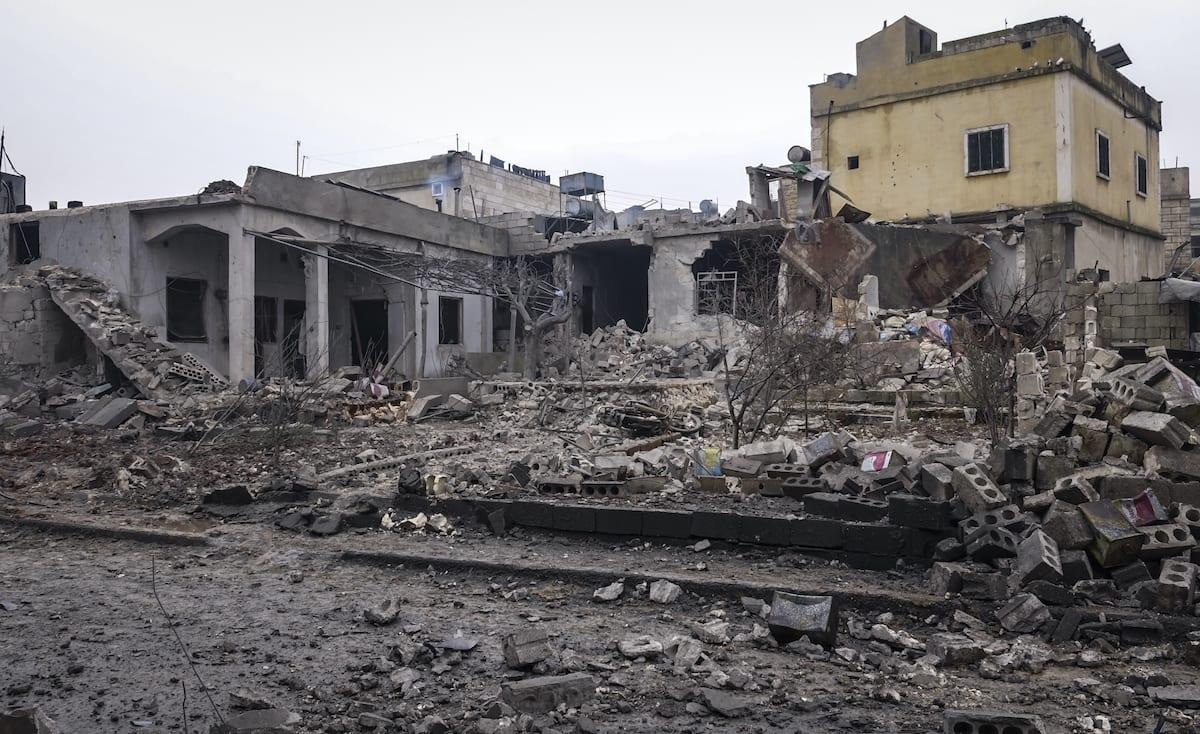 Los restos de una casa se ven después de que las fuerzas rusas llevaran a cabo ataques aéreos contra al Jinah Villahe en Idlib, una zona de desescalada en el noroeste de Siria, el 20 de enero de 2020 [brahim Dervis / Agencia Anadolu]