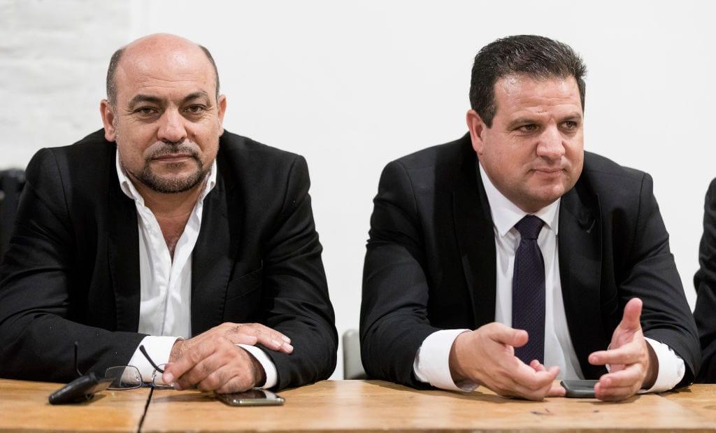 Miembro de la Knesset para la Lista Árabe Unida Masud Ghnaim (L) y Ayman Odeh (R) miembro de la Knesset y jefe de la Lista Conjunta, una alianza política de cuatro partidos dominados por los árabes Hadash, Balad, la Lista Árabe Unida, y Ta'al durante una conferencia organizada por Abp Asbl (Association belgo palestinienne) el 3 de septiembre de 2018 en Bruselas, Bélgica. [Thierry Monasse / Getty Images]
