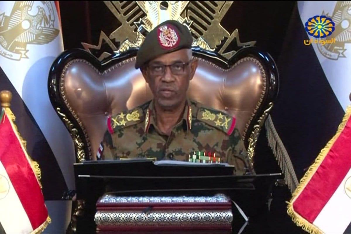 Una captura de una transmisión en vivo de Sudán TV muestra al ministro de Defensa sudanés Awad Ibn Ouf pronunciando un discurso en Jartum el 12 de abril de 2019, anunciando que renunciará a favor del general Abdel Fattah al-Burhan Abdulrahman para sucederlo. [Sudán TV / AFP) / XGTY / AFP / Getty Images]