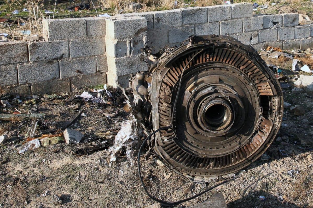 Un motor yace en el suelo después de que un avión ucraniano que transportaba a 176 pasajeros se estrelló cerca del aeropuerto Imam Khomeini en la capital iraní, Teherán, temprano en la mañana del 8 de enero de 2020, matando a todos a bordo [AFP a través de Getty Images]