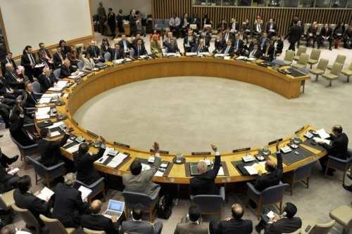 Los miembros del Consejo de Seguridad de las Naciones Unidas votan para extender su misión política en Libia con el mandato de promover la democracia durante una reunión sobre Libia y la situación en el Medio Oriente el 12 de marzo de 2012 [AFP PHOTO / TIMOTHY A. CLARY / Getty]