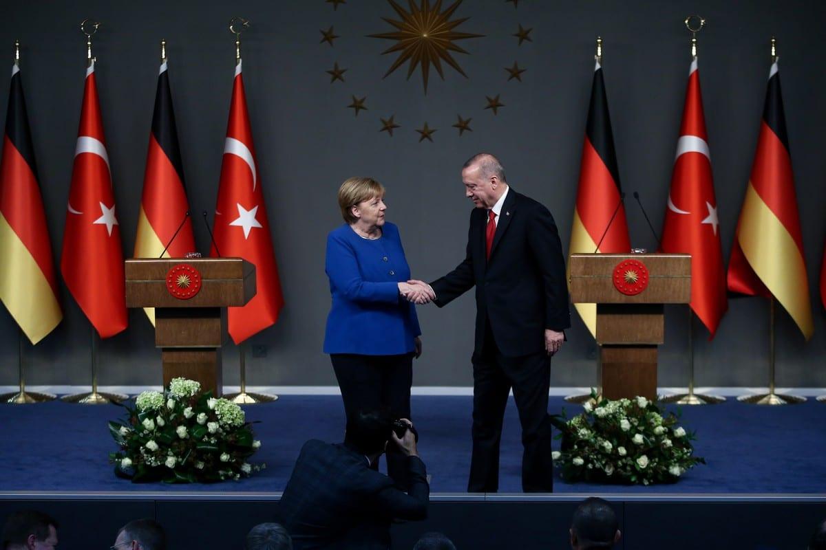 El presidente de Turquía, Recep Tayyip Erdogan (R) y la canciller alemana Angela Merkel (L) en Estambul, Turquía, el 24 de enero de 2020 [Arif Hüdaverdi Yaman / Agencia Anadolu]