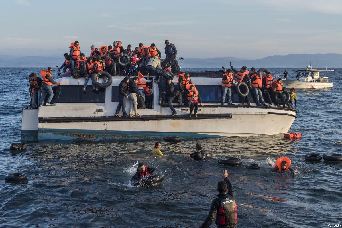 Refugiados sirios e iraquíes llegan de Turquía a Skala Sykamias, isla de Lesbos, Grecia, el 30 de octubre de 2015 [Ggia / Wikipedia]