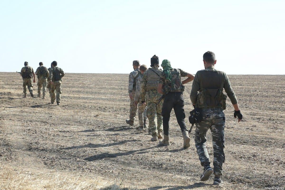RAS AL-AYN, SIRIA - 11 DE NOVIEMBRE: los miembros del Ejército Nacional Sirio (SNA) controlan el área que fue despejada del PKK, catalogada como organización terrorista por Turquía, Estados Unidos y la UE, y la milicia siria kurda YPG, que Turquía considera como grupo terrorista, después de la Operación Primavera de Paz de Turquía, en el este de Ras Al-Ayn, Siria, el 11 de noviembre de 2019. (Muhammed Nur - Agencia Anadolu)