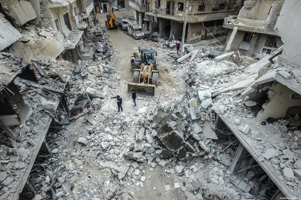 Edificios derrumbados y dañados después de que aviones de combate rusos golpearan áreas residenciales en Idlib, Siria, el 30 de enero de 2020 [İzzeddin İdilbi / Agencia Anadolu]