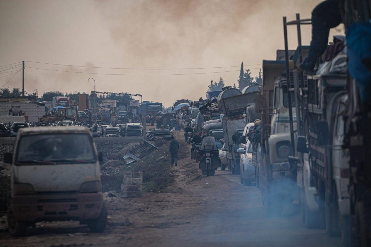 Los civiles sirios, que están siendo desplazados por la fuerza debido a los ataques en curso llevados a cabo por el régimen de Assad, Rusia y grupos respaldados por Irán, se dirigen a zonas más seguras con sus pertenencias cerca de la frontera turca, en Idlib, Siria, el 5 de febrero de 2020. [ Muhammed dijo - Agencia Anadolu]