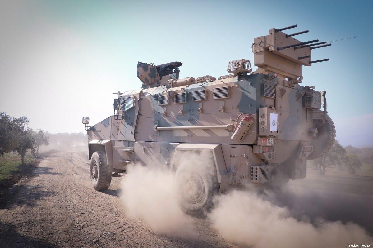 Un convoy de 300 vehículos blindados de las Fuerzas Armadas turcas, incluidos los transportes de personal, se ven camino a la frontera siria para apoyar a las unidades militares desplegadas en la frontera, el 10 de febrero de 2020, en Hatay, Turquía [Agencia Burak Milli / Anadolu]
