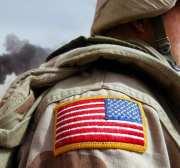 RUMAYLA, IRAK - 27 DE MARZO: El especialista del ejército estadounidense Chad Morton, de George West, Texas, se encuentra junto a un pozo petrolero en llamas en los campos petroleros de Rumayla el 27 de marzo de 2003 en Rumayla, Irak. Se incendiaron varios pozos de petróleo al retirarse las tropas iraquíes en el área de Ramayla, el segundo mayor yacimiento de petróleo en alta mar en el país, cerca de la frontera con Kuwait. (Foto de Mario Tama / Getty Images)